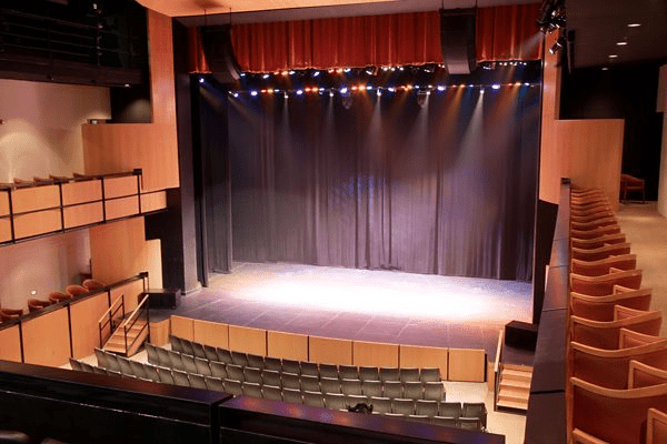 Hệ thống Bose Professional RoomMatch giúp chế ngự âm thanh trong nhà hát Spencer cho nghệ thuật biểu diễn