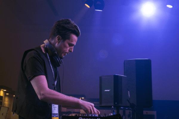 DJ và nhà sản xuất Alex Midi đã lựa chọn hệ thống Bose xách tay
