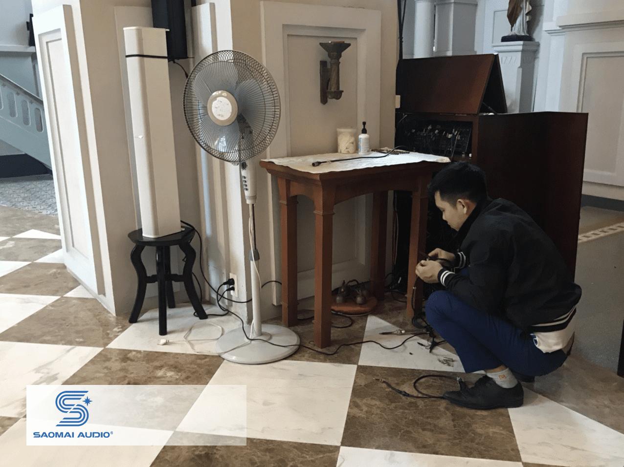 Kỹ thuật của Saomai Audio đang hiệu chỉnh âm thanh