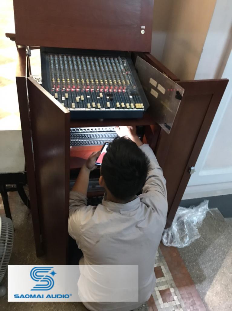 Kỹ thuật viên của Saomai Audio đang điều khiển thiết bị trong tủ máy của nhà thờ.
